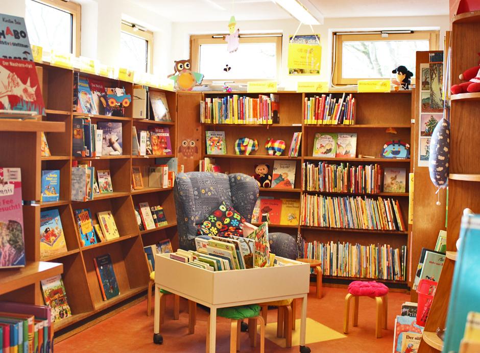 KaN_KinderBuchTourDurchKiel_JuliLiest_KinderbüchereiSchützenpark2_(c)www.kielamnil.de