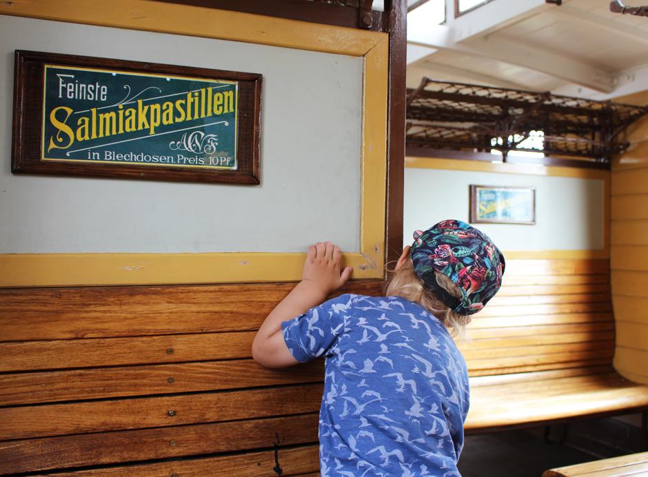 KaN_Museumsbahnhof_Schönberg_Abteilgucker_Foto_(c)www.kielamnil.de